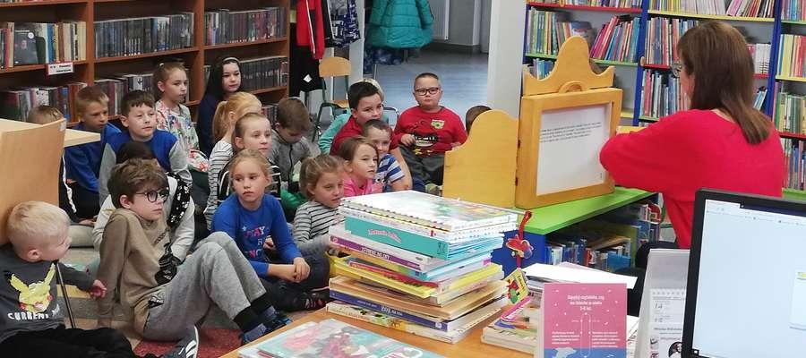 Uczniowie SP 2 podczas wizyty w Miejskiej Bibliotece Publicznej