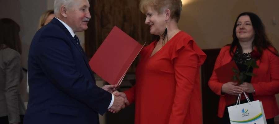 Barbara Jastrzębowska z rak marszałka marka Brzezina otrzymała wyróżnienie