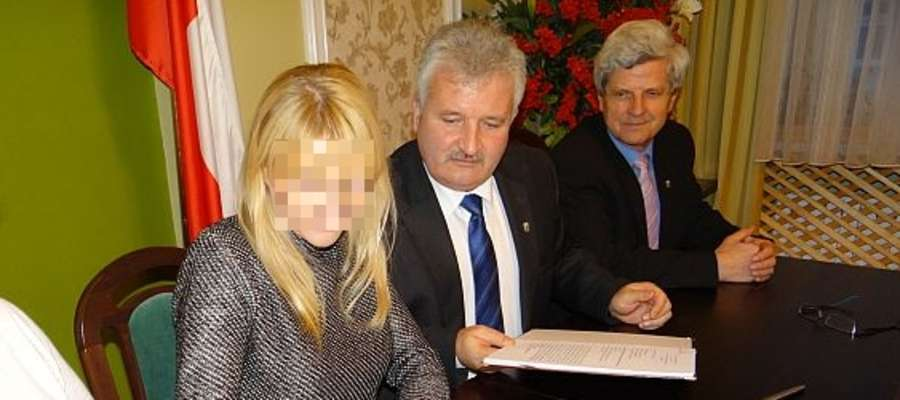 Burmistrz Reszla (w środku) podpisał umowę z Helperem w 2013 roku.