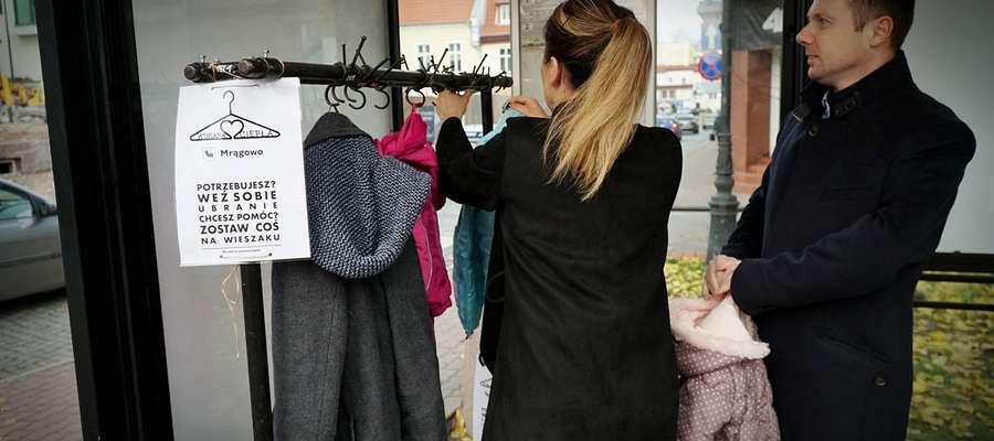 Na wieszaku można zostawić ubrania dla dorosłych i dzieci