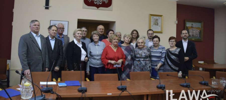 Wspólne zdjęcie Miejskiej Rady Seniorów oraz burmistrza Iławy Dawida Kopaczewskiego i przewodniczącego rady miasta, Michała Młotka