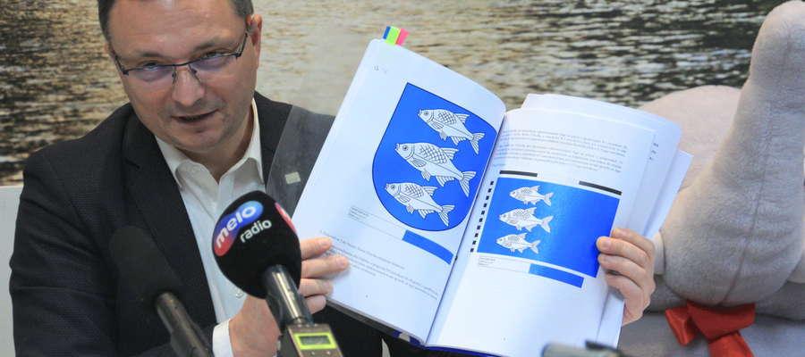 Burmistrz Wojciech Iwaszkiewicz prezentuje nowe symbole miasta