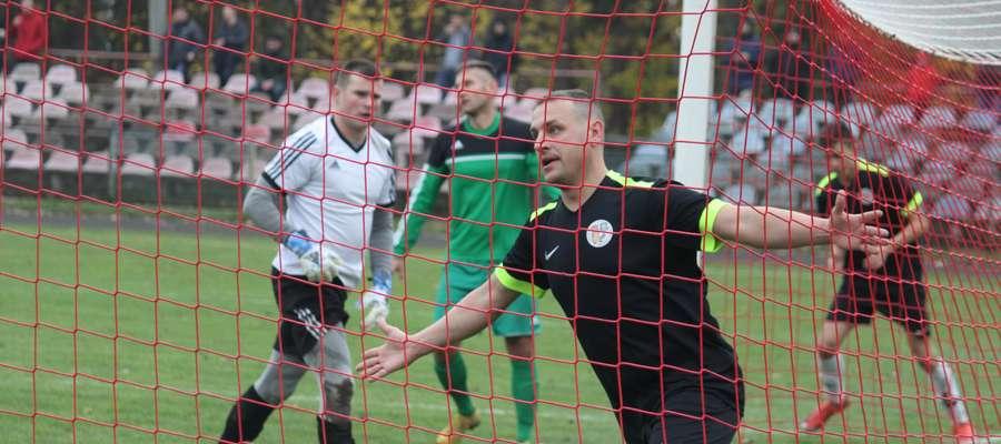 Łukasz Pawłowski z Łyny Sępopol właśnie strzelił swojego pierwszego gola w spotkaniu z Victorią Bartoszyce