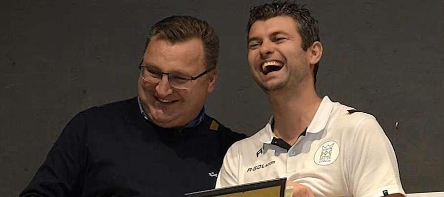 Wojciechowi Figurskiemu nagrodę wręczył Czesław Michniewicz, trener reprezentacji Polski U-21