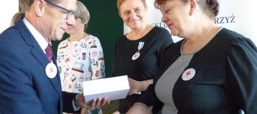 Starosta Andrzej Ochlak wręcza nagrody krwiodawcom