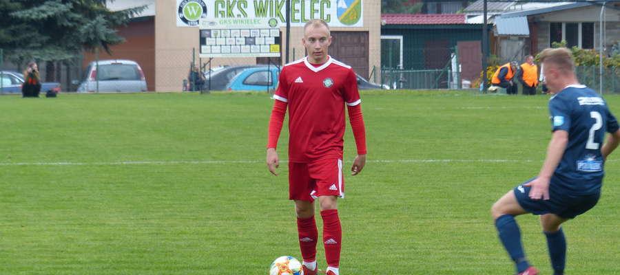 Przy piłce Mateusz Jajkowski (GKS Wikielec), który zaliczył dwie asysty w meczu z Zatoką Braniewo