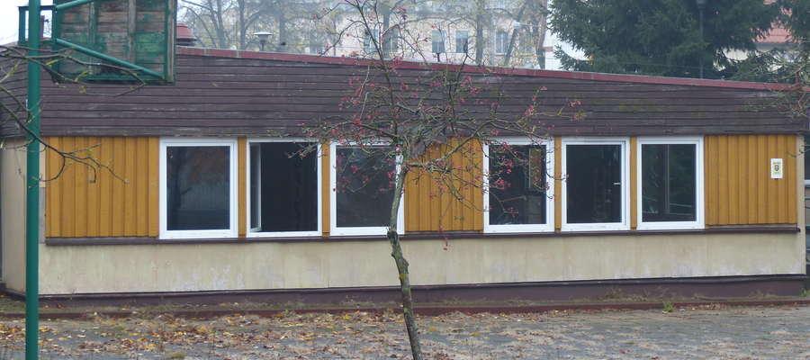Bezdomni, a także dzieci i młodzież do środka byłego budynku Warsztatu Terapii Zajęciowej dostają się przez otwarte okna