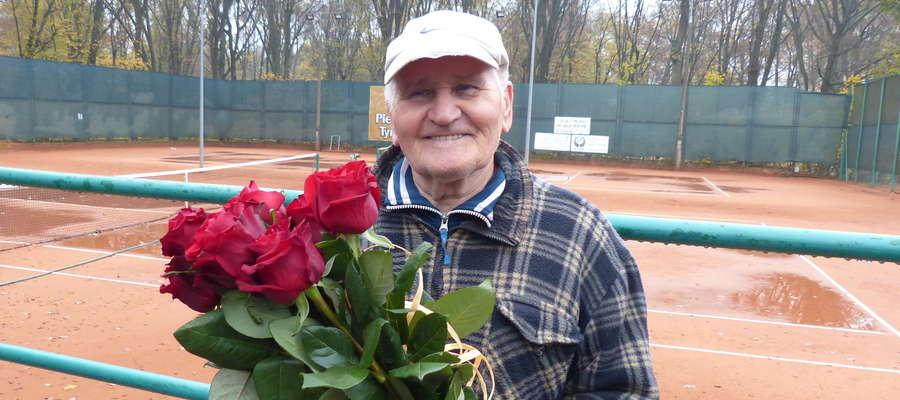 Pan Stanisław Gorzki była bardzo zaskoczony, ale też szczęśliwy, że osoby z Towarzystwa Tenisa Ziemnego w Iławie pamiętały o jego urodzinach