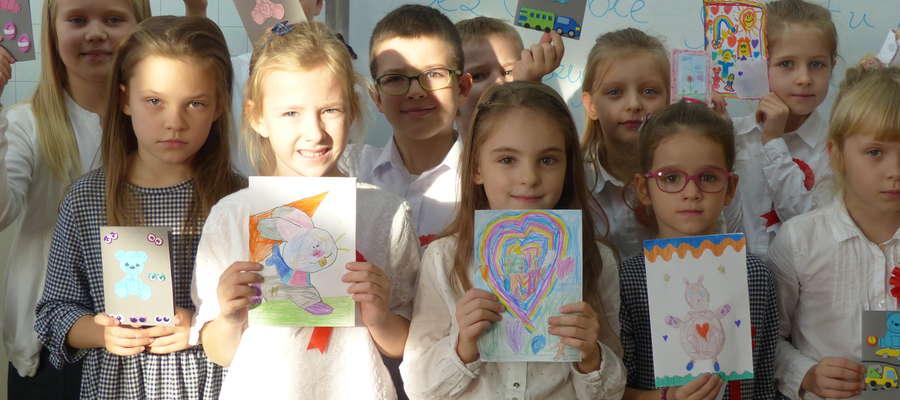 """Aż 107 uczniów SP1 w Iławie stworzyło swoje kartki, które teraz w ramach akcji """"Wylosuj Anioła"""" trafią do dzieci przebywających na oddziałach onkologicznych"""