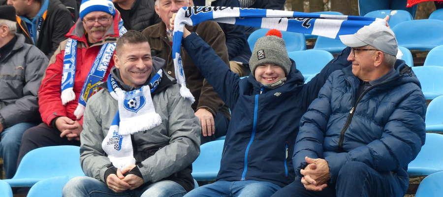 Mecz z poprzedniej kolejki, Jeziorak Iława — Polonia Lidzbark Warmiński. Na pierwszym planie trzy pokolenia rodziny Święckich. Od lewej: Sławomir, Igor oraz Jan