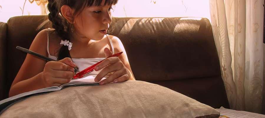 Wielu rodziców twierdzi, że praca domowa zabiera dzieciom czas wolny
