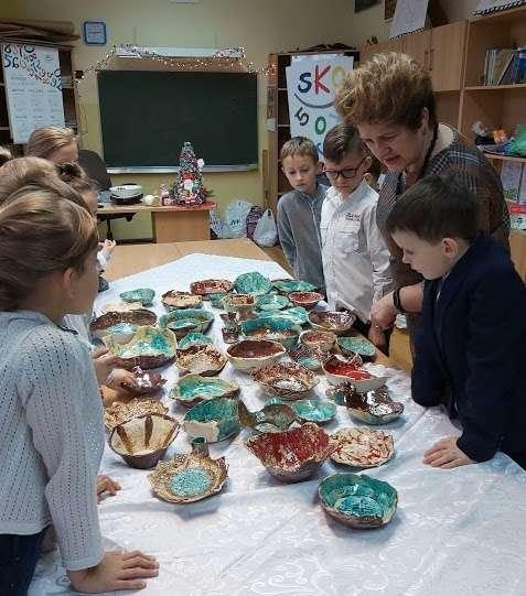 Dzieci pokazują efekt swojej pracy