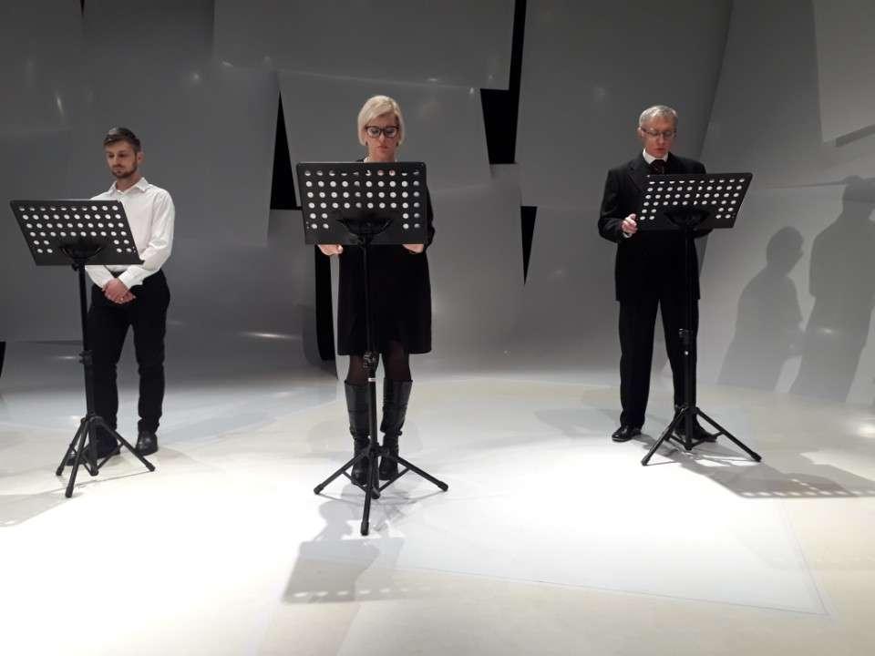 Aktorzy podczas czytania fragmentów reportażu Łazarewicza
