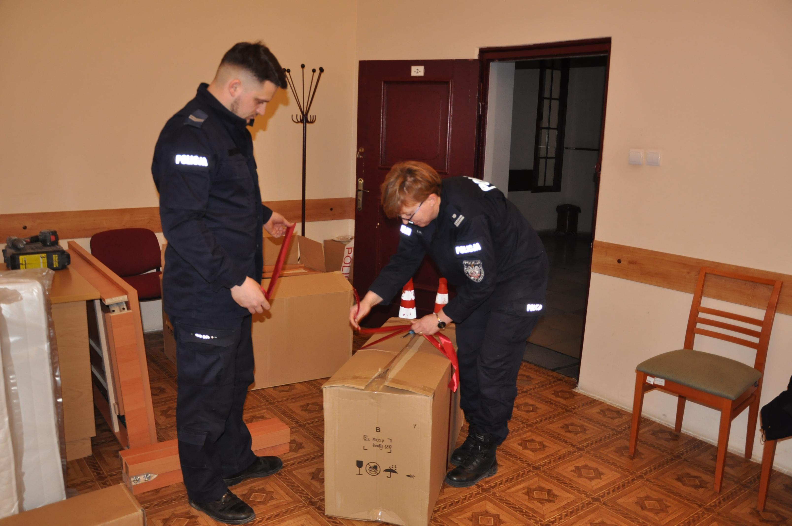 http://m.wm.pl/2019/12/orig/0000079532-policjanci-pakuja-prezenty-596471.jpg