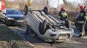 Kolejny wypadek w Olsztynie. W wyniku dachowania samochodu jedna osoba trafiła do szpitala [ZDJĘCIA]
