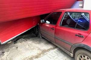 Volkswagen uderzył w budynek remizy OSP [ZDJĘCIA]