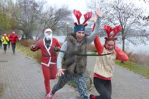 Mikołaje zrobiły dwie pętle wokół Małego Jezioraka. Zobacz zdjęcia i wideo z parkrunu