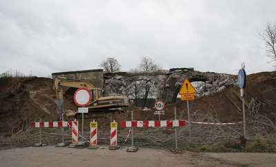 Tędy pociąg już nie pojedzie. Burzą stary most kolejowy