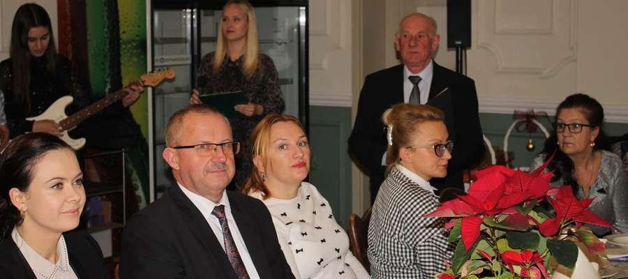 W spotkaniu opłatkowym wzięli udział od lewej: sekretarz kuczborskiego urzędu, starosta i przedstawicielki gminy Lubowidz 2.