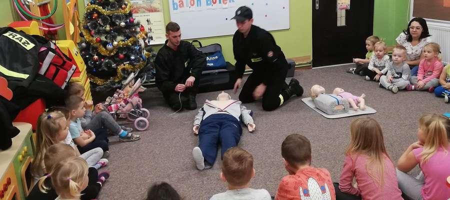 Dzieci z przedszkola i szkoły w Idzbarku poznały podstawy udzielania pierwszej pomocy przedmedycznej