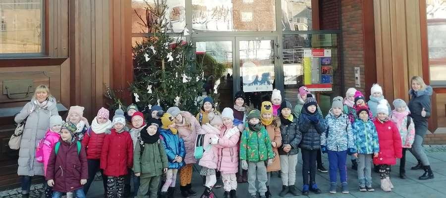 """Dzieci przed Teatrem """"Baj Pomorski"""" w Toruniu"""