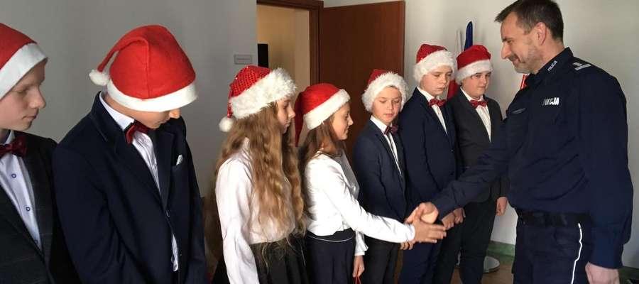 Komendant powiatowy Policji powitał młodych wokalistów