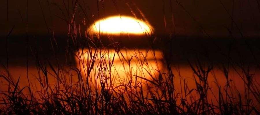 Zachód słońca nad jeziorem.