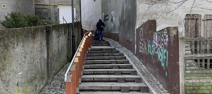 Osoba z wózkiem dziecięcym bez problemów pokonuje kolejne stopnie schodów pokazanych w TVN Turbo