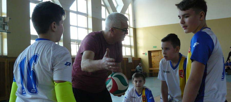 Nauczyciel/trener Jan Czarnik podczas przerwy ze swoją drużyną z SP Kisielice