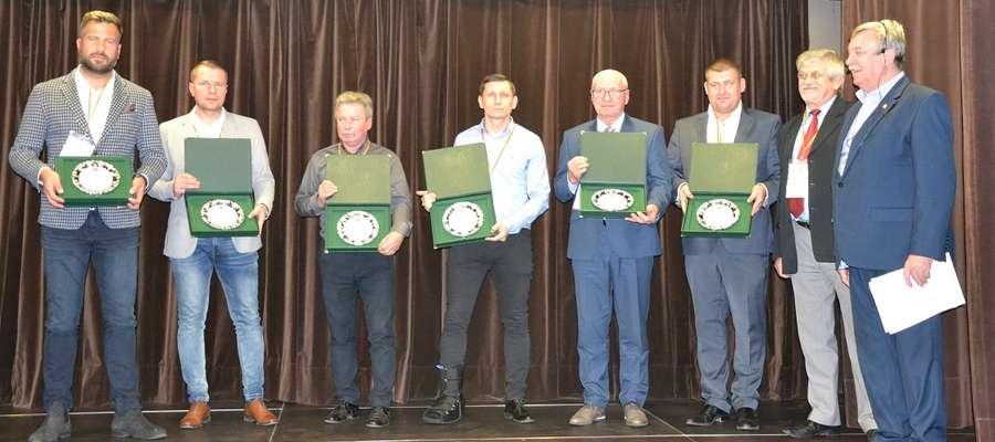 """Wyróżnienie podczas konferencji """"Bezpieczne obiekty piłkarskie na Mazowszu"""" odebrał Mariusz Kawczyński (drugi od lewej)"""