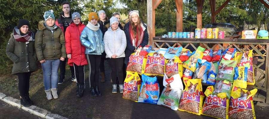 Dzieci zebrały karmę, koce i zabawki dla bezdomnych zwierząt
