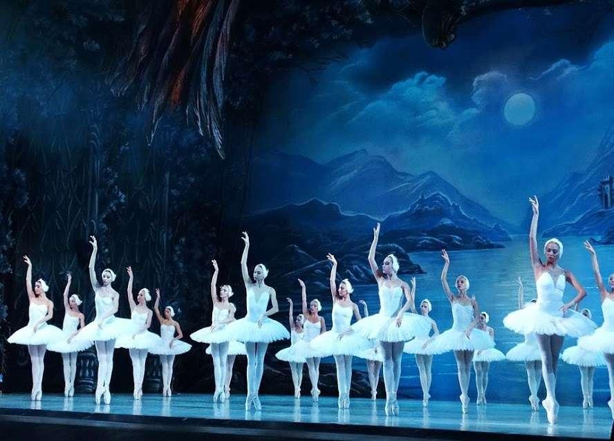 Narodowy Balet Klasyczny z Kijowa i JEZIORO ŁABĘDZIE - full image