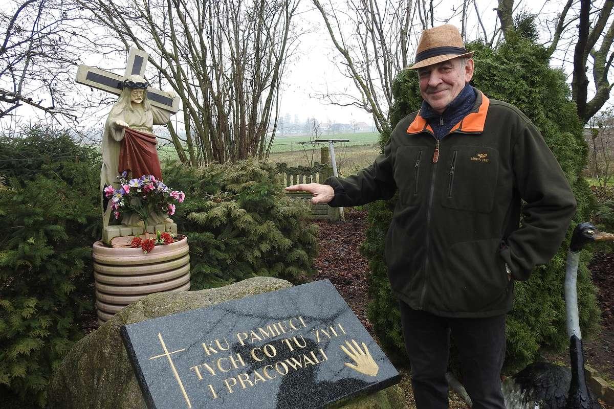 Pan Krzysztof Bakun upamiętnił wszystkich, którzy żyli i pracowali w gospodarstwie, którego jest teraz właścicielem.