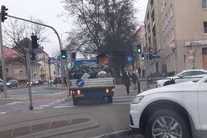 Służby porządkowe jeżdżą po chodnikach i przejściach dla pieszych w Olsztynie. Ale czy mogą? [VIDEO]