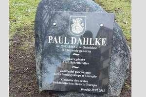 Tablica poświęcona Paulowi Dahlke w ostródzkim parku