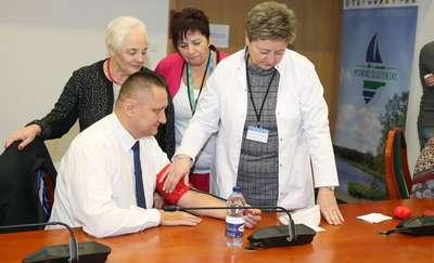 Starostwo stawia na profilaktykę. Dziadkowie i babcie z powiatu olsztyńskiego mogli skorzystać z bezpłatnych badań