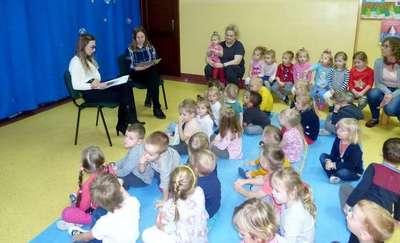 Uczennice kurzętnickiego Zespołu Szkół Zawodowych czytały przedszkolakom