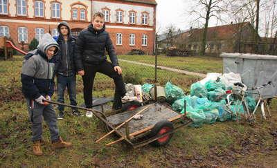 Pomyśleliśmy, żeby zacząć od siebie i postanowiliśmy posprzątać naszą wieś