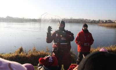 Strażacy przypominali, że nie ma bezpiecznego lodu. ZDJĘCIA, FILM