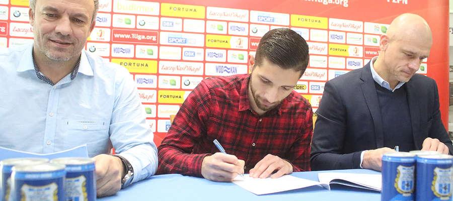 Jonatan Straus podpisuje kontrakt ze Stomilem