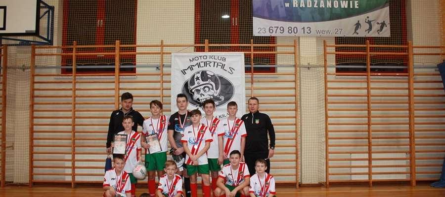 Młodzi zawodnicy Wkry Żuromin wspólnie z trenerami