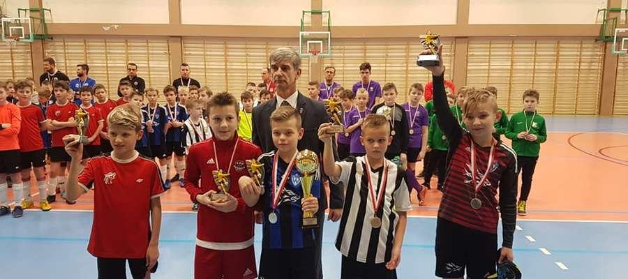 Burmistrz Bieżunia Andrzej Szymański z wyróżnionymi zawodnikami fot. Daniel Liszewski