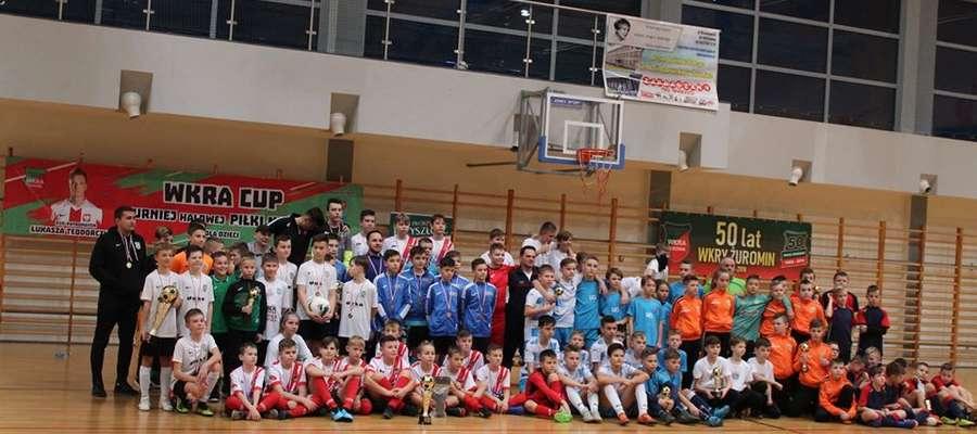 Wspólne zdjęcie zawodników i trenerów na koniec turnieju