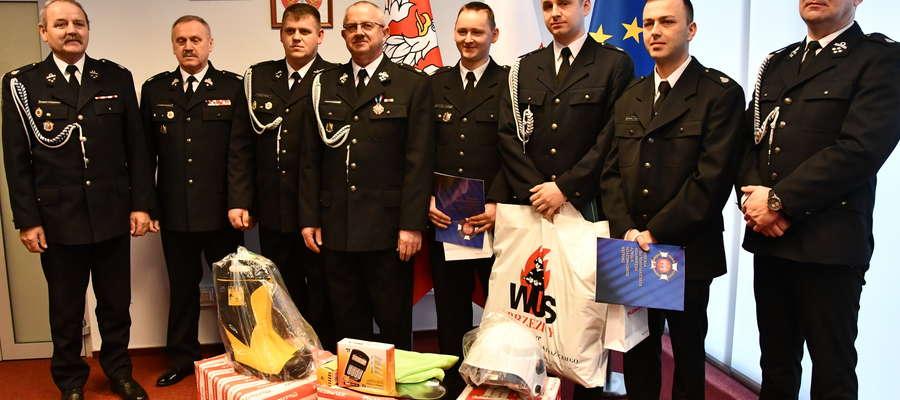 Nagrodzeni druhowie podczas uroczystości w Urzędzie Marszałkowskim wraz z kierownictwem OSP w Kuczborku, starostą oraz wójtem gminy. Fot UM