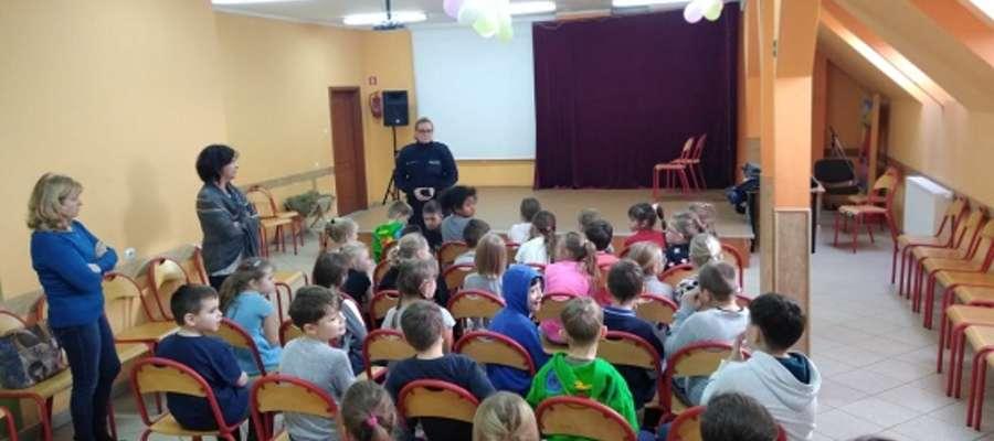 Policjanci na spotkaniu z dziećmi w SP w Bystrym