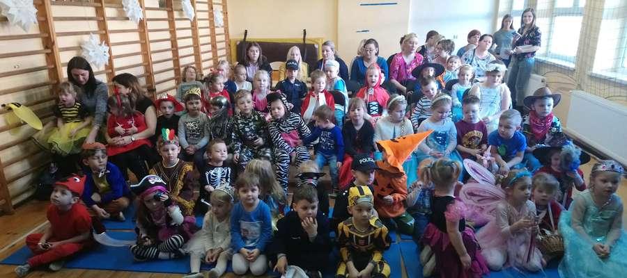 Dzieci z niecierpliwością czekały na karnawałowe spotkanie w szkole w Zajączkowie