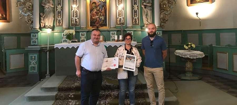 Zwycięzców ubiegłorocznej licytacji WOŚP w Ostródzie ksiądz Wojciech Płoszek zabrał na wycieczkę śladami  mazurskiego ewangelicyzmu