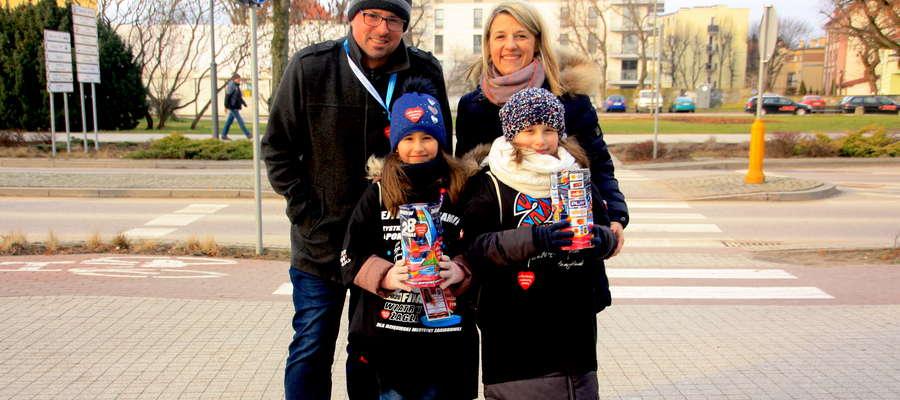 Marta Dąbrowska, dyrektor Giżyckiego Centrum Kultury kwestuje z rodziną