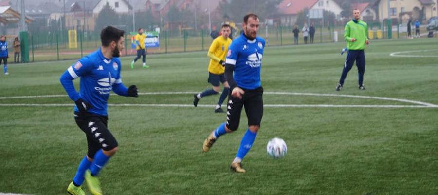 Piotr Kołc (przy piłce) w Stężycy zdobył dwa gole