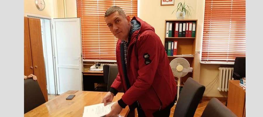 Mariusz Kłokocki, pełnomocnik inicjatorów referendum w Ostródzie sklada listy z podpisami w Delegaturze Krajowego Biura Wyborczego w Elblągu